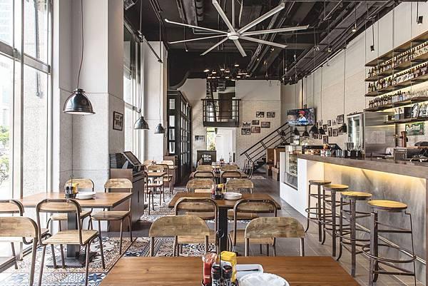 大片落地窗以及挑高5.5米空間,打造舒適宜人用餐環境(圖片由1Bite2Go Café %26; Deli提供).jpg