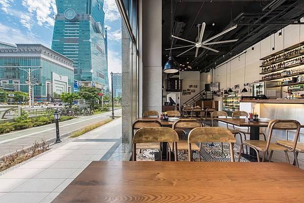 餐廳交通便捷,緊臨捷運台北101與世貿車站三號出口的絕佳位置(圖片由1Bite2Go Café %26; Deli提供).jpg