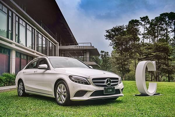 The new C-Class再次進化而來,此次進化挾著全車超過6,500個零件的重新設計規模,針對外觀、內裝、動力與電子系統四大範疇全面升級.jpg