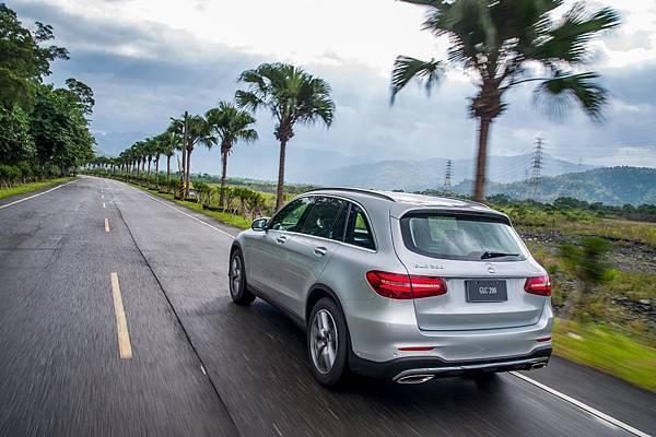 GLC 200同步展現Mercedes-Benz引領車壇的安全造車思維,搭載智慧駕駛輔助系統,包含盲點輔助、主動防撞輔助、PRE-SAFE®主動安全防護等.jpg