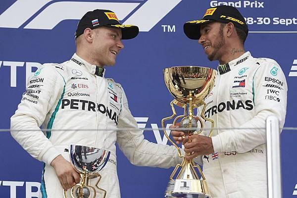 Lewis Hamilton展現風範,不僅於賽事結束後立刻向Valtteri Bottas致意,並於頒獎台上邀請Valtteri Bottas一同站上冠軍位置.jpg