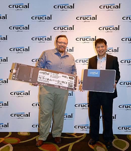 歡慶 Crucial 發表 P1 和 BX500 系列 SSD,Crucial 資深全球產品經理 Jonathan Weech(左)與 Crucial 亞太區業務總監曾偉樑來台共襄盛舉。.JPG