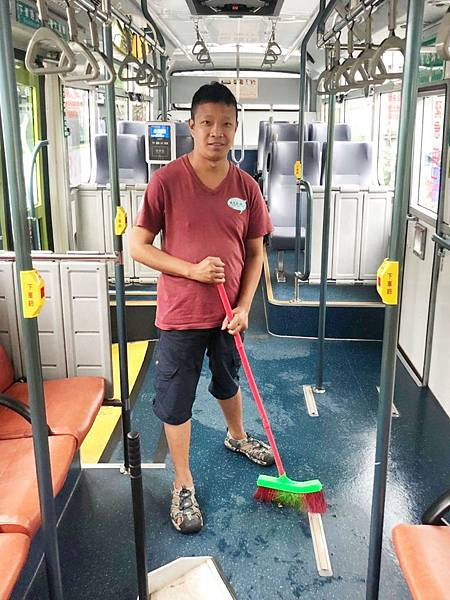 阿鈞在公車上做清掃工作.jpg