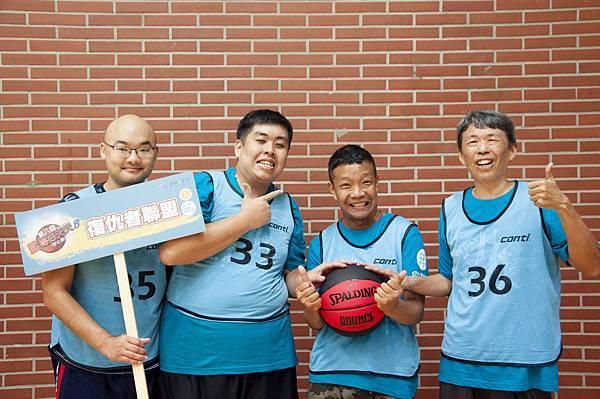 阿鈞(右2)與好友們參加籃得好天天籃球競賽.jpg