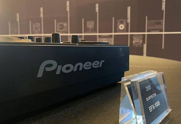 Pioneer DJ在W飯店一樓設置歷年器材的展示區,擺設數台經典的混音器機型,邀請消費者來見證電音文化的變革.jpg