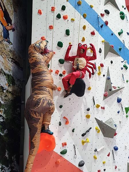 奇寶恐龍跟蝦叔叔一起挑戰攀岩,逗趣十足 Dapro攀岩場提供.jpg