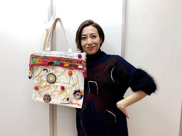 一青窈跟她手繪的包包 照片提供:蒂欣有限公司.jpeg