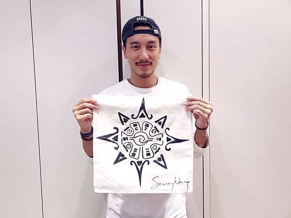 王陽明與他手繪的包包 照片提供:蒂欣有限公司.jpg