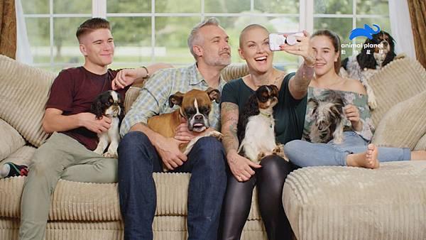動物救援夢幻團隊!亞曼達與她的伴侶蓋瑞、女兒潔德和兒子畢斯特一起組成熊貓掌救援中心。.jpg