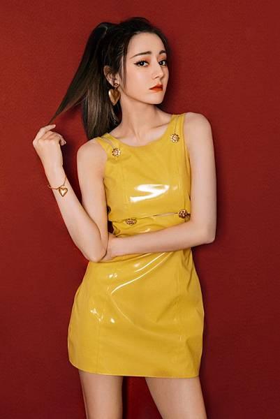 中國知名女星迪麗熱巴穿著Versace早秋女裝搭配品牌愛心配件.jpg