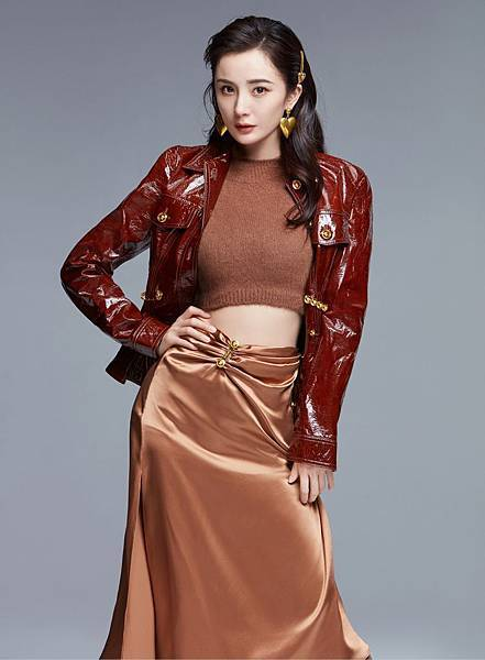 Versace品牌代言人楊冪穿著早秋女裝搭配品牌愛心配件.jpg
