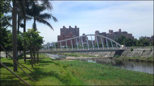 桃園市三民運動公園後方的青溪橋 (橫跨南崁溪)