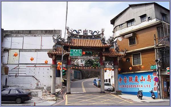 龜山壽山巖觀音寺 - 1省道旁的山門牌樓
