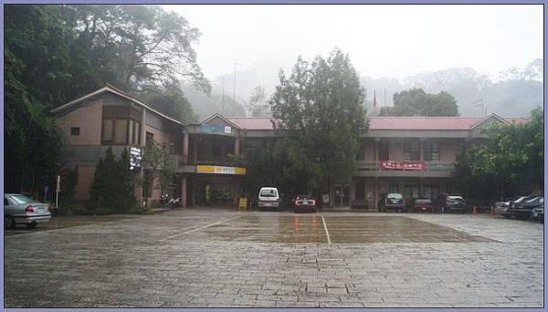 獅頭山國家風景區 - 雨中的獅山遊客中心