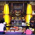 大溪迎富送窮廟正殿(主神龕兩側的黃色立柱為「迎富旺財塔」)