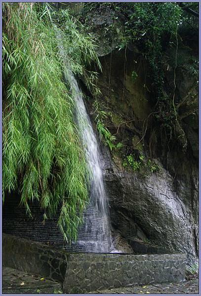 獅頭山風景區 - 雨中的山壁瀑布