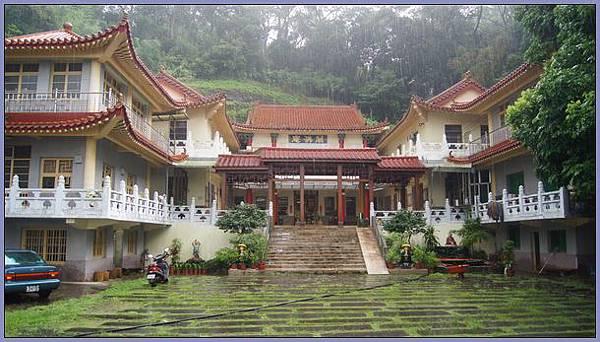 獅頭山風景區 - 雨中的萬佛庵 1