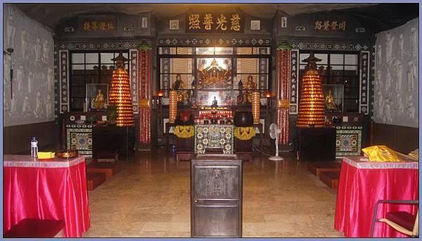 獅頭山風景區 - 雨中的萬佛庵(一樓正殿)