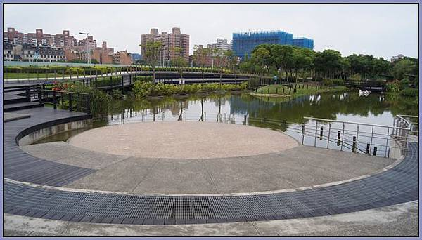 綠樹、花草、涼亭、水池、木棧道,秀麗宜人的桃園縣八德市廣豐公園