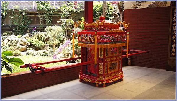 桃園慈護宮 - 月老殿外的花轎
