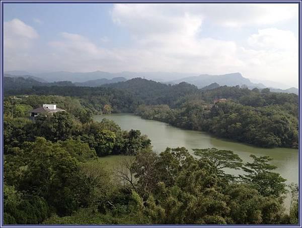 新竹峨眉天恩彌勒佛院 - 眺望毗鄰的秀麗峨眉湖(大埔水庫)