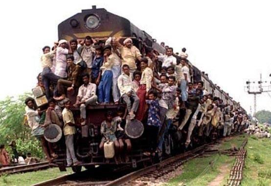 印度ㄉ火車...世界處處有牛人!
