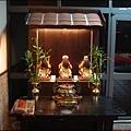 一樓餐廳大門口旁邊 - 祭祀客籍守護神「三山國王」的供桌