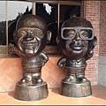 慈湖遊客中心前的老蔣、蔣經國Q版銅雕像