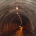 新竹五峰清泉部落 - 坑坑窪窪、水氣超重的桃山隧道內部