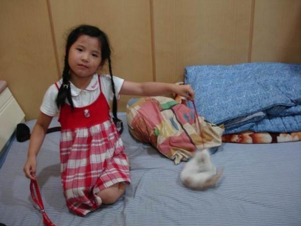 94-06-05 小貓咪 002 小朋友逗小咪玩.jpg