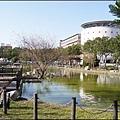 長庚大學/長庚技術學院入口前方的青蛙湖