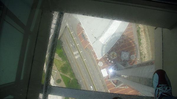 好高啊!我都不敢低頭看,有50幾樓高現在想起腳底還會冒汗ㄋ!!