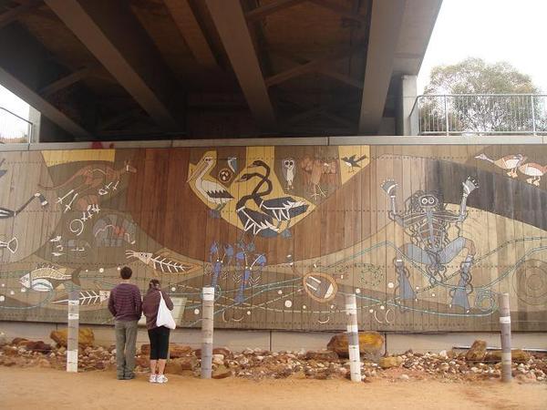 路橋下的原住民畫作