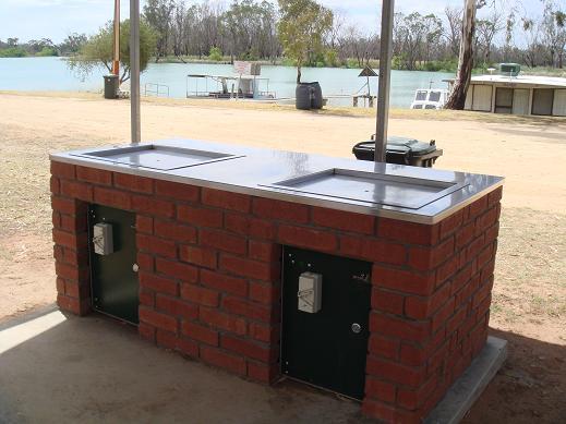 河邊的公共BBQ烤爐