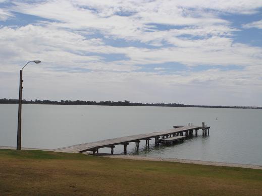 湖邊木棧道