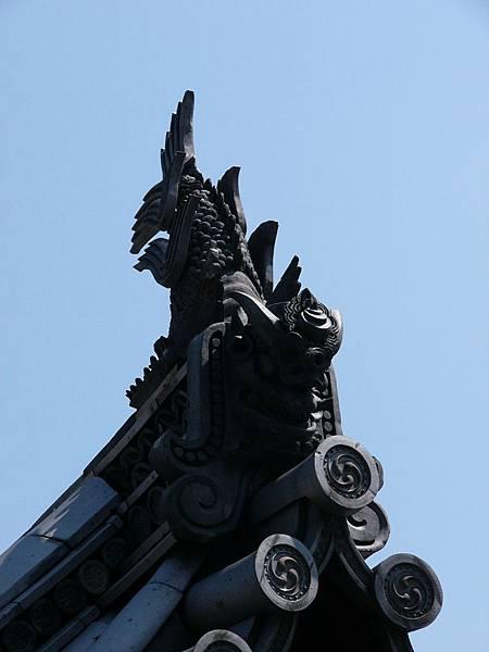 A3奈良『法隆寺』側門屋簷上結合鯱瓦與鬼瓦的特殊造型