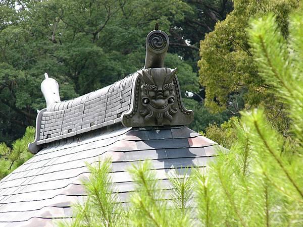 B1京都『金閣寺』內建築屋頂上的鬼瓦,特別注意整個屋頂都是銅板葺成的