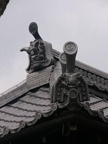 B4京都宇治『橋寺放生院』境內建築物屋簷上造型各不相同的鬼瓦