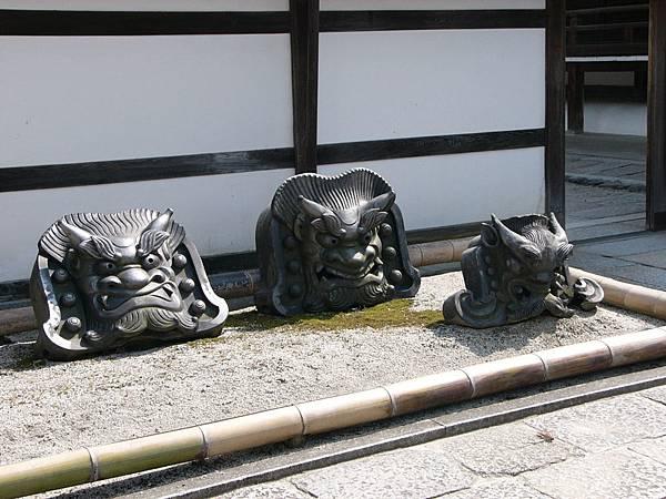 B6京都嵐山『天龍寺』佛殿外展示的舊鬼瓦