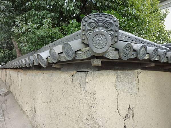 B8奈良『藥師寺』附近土牆轉角上的特殊鬼瓦
