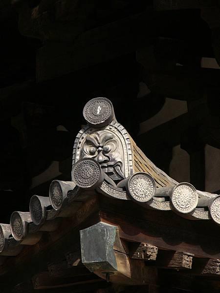B10奈良『藥師寺』國寶『東塔』簷角的古式鬼瓦與蓮華紋