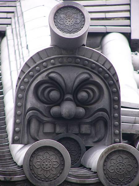 C1京都七条『三十三間堂』內印有代表寺名『蓮華王院』蓮華紋的軒丸瓦與鬼瓦頭上的鳥衾