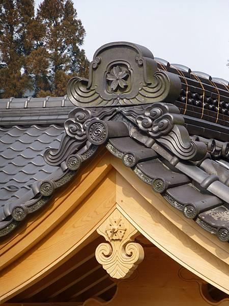 C2京都大原與櫻花有關連的『實光院』建築物屋頂上印有櫻花紋的鬼板