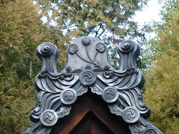 C3京都太秦『蝅之社』境內建築屋頂上印有二葉葵紋的鬼板
