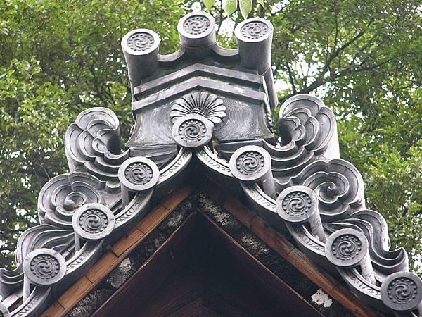 C6京都伏見『長建寺』內印有向日葵紋的獅子口與三巴紋掛瓦