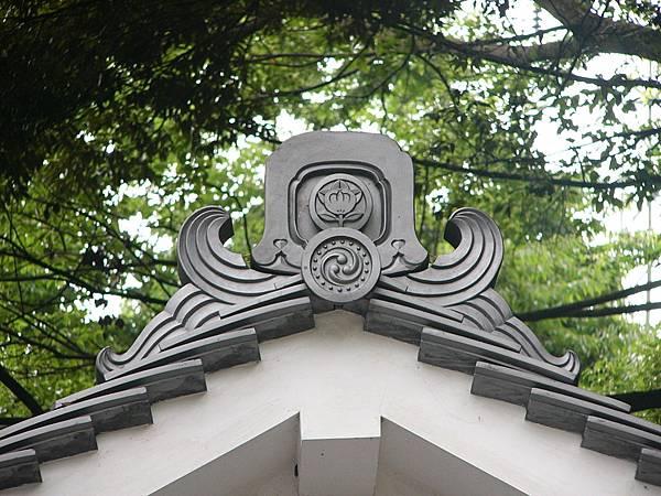 C7京都宇治『宇治上神社』境內建築物上印有神社社紋的鬼板