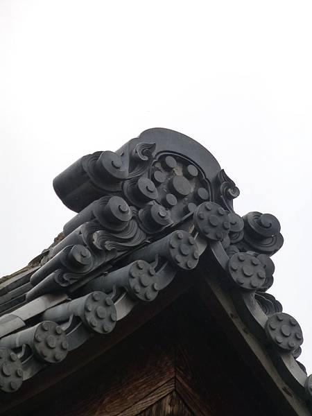 D4京都西陣『立本寺』內建築物屋頂上印有七曜紋的鬼板