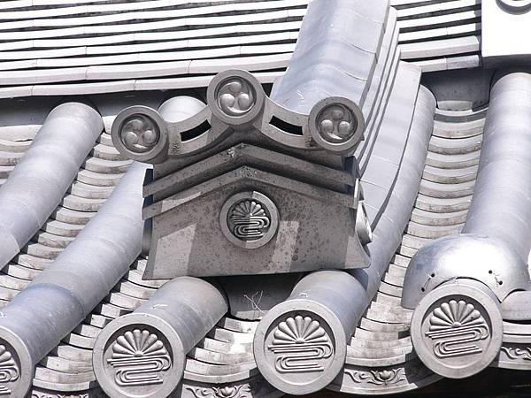 D7奈良三条通淨教寺屋簷上的菊水紋獅子口,菊水紋是天皇賜給南朝忠臣楠木正成的家紋