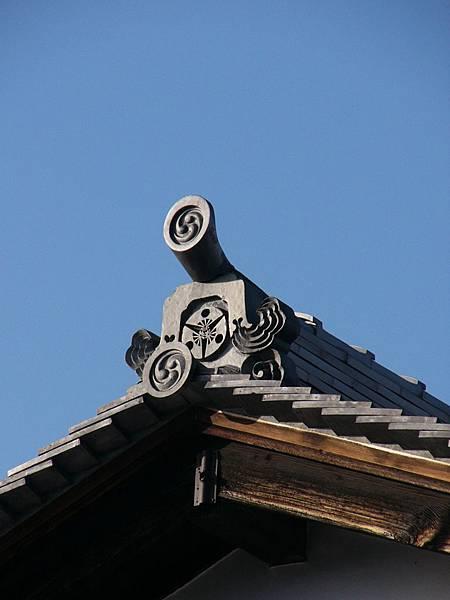 D8奈良奈良町內不知名寺廟屋頂上印有扇紋的鬼板