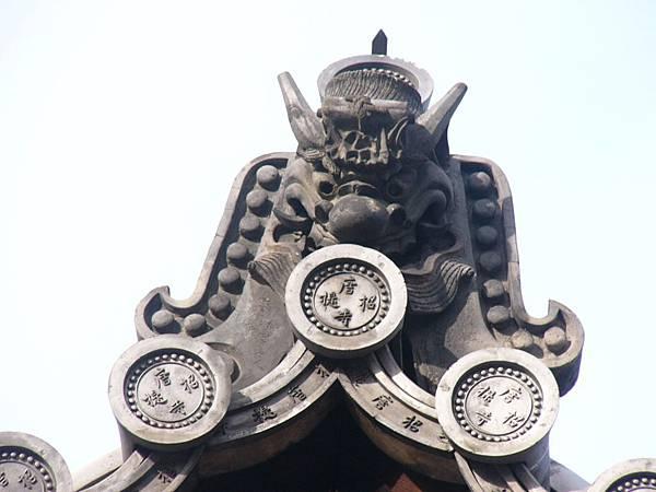E8奈良『唐招提寺』佛殿屋頂上的掛瓦,全都印有寺名